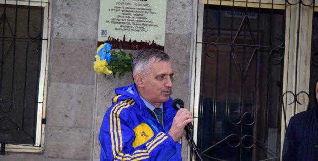 На стадіоні у Франківську відкрили дошку легендарному футболісту Богданові Дебенку